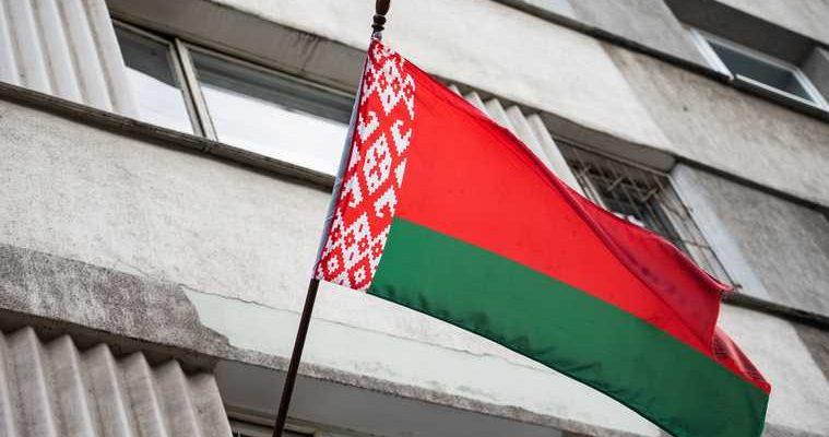 ОМОН в Минске опустили щиты в знак солидарности с протестующими. ВИДЕО