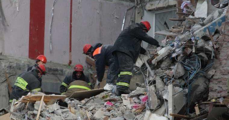 Под завалами дома в Ярославле нашли несколько тел погибших. Момент взрыва попал на видео