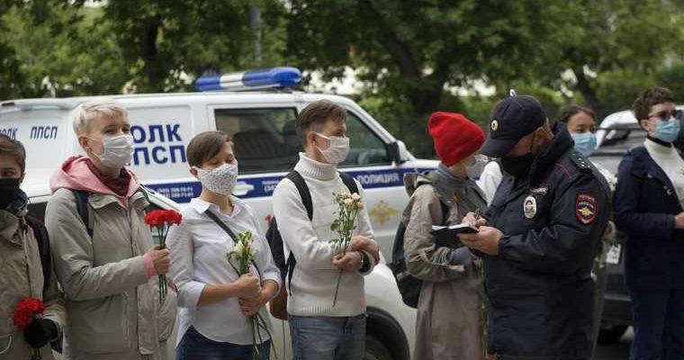 Жители Екатеринбурга вышли к посольству Беларуси в День города. ФОТО