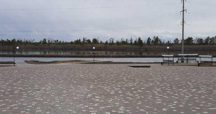 В ХМАО чиновников призвали к ответу за наводнение на набережной. Ее заливает второе лето подряд
