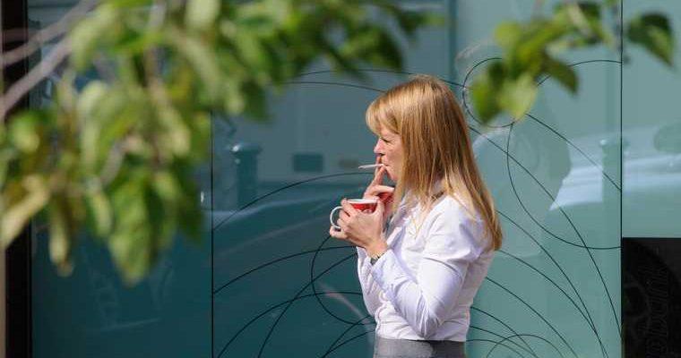 В России объявили места, в которых запретят курить