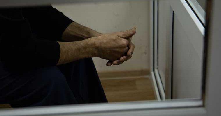 Четверых задержали по делу об убийстве преподавателя во Франции. Его обезглавили за карикатуру