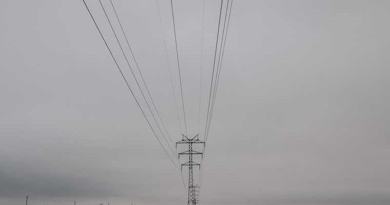 Курганские энергетики третьи сутки устраняют последствия урагана. Назван срок окончания работ