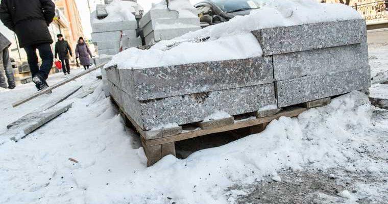 Новый Уренгой ЯНАО кладут плитку на снег видео