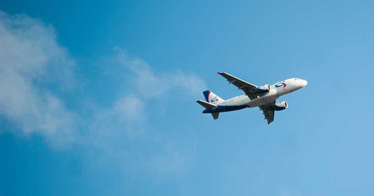 Самолет «Уральских авиалиний» потерял трап в аэропорту