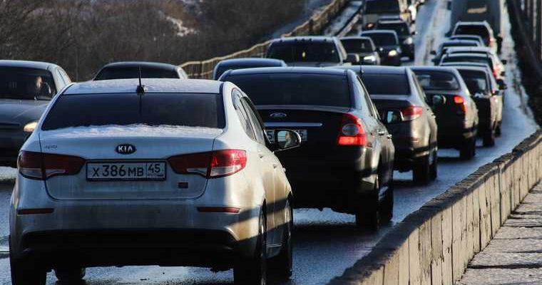 В Тюмени ДТП парализовало ключевую дорогу. Километровая пробка продолжает расти. Видео
