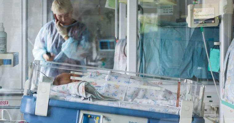 В Челябинской области пьяная мать сбежала от умирающего младенца