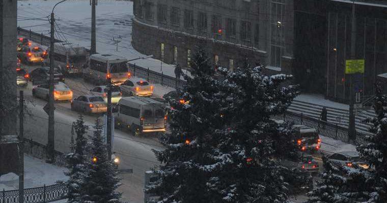 Ночной снегопад спровоцировал пробки в Челябинске