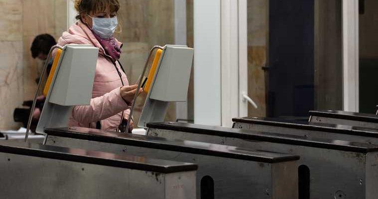 В Санкт-Петербурге хлопком вынесло стекла в вестибюле метро. Видео